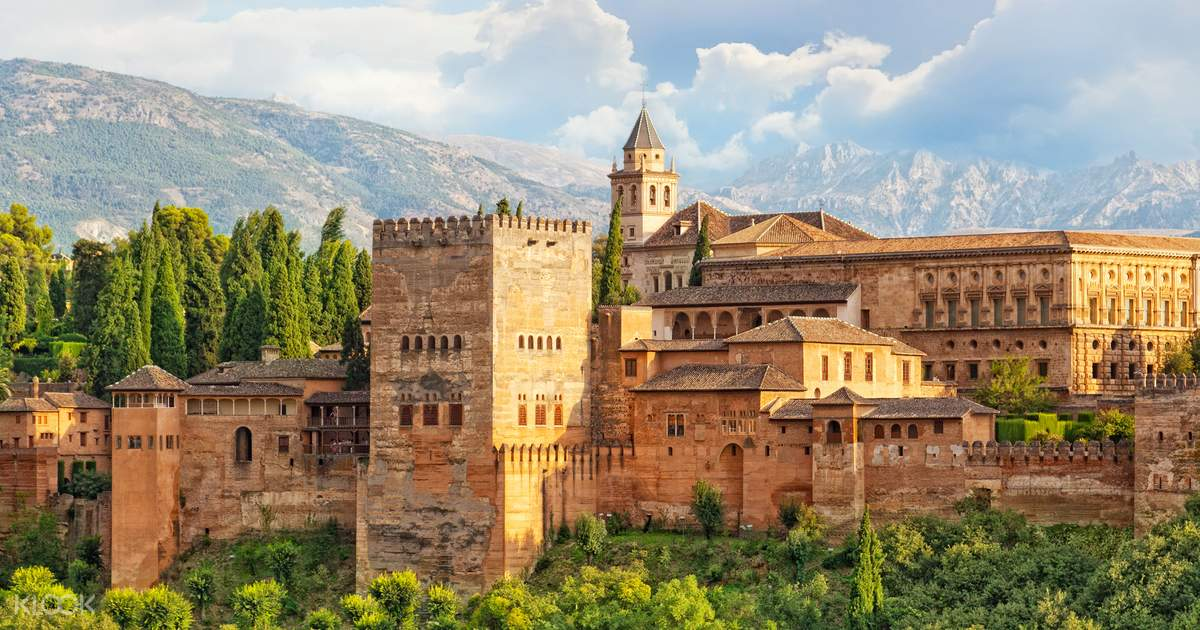 Granada Tour with Alhambra Palace and Generalife Gardens Entrance and Transfers
